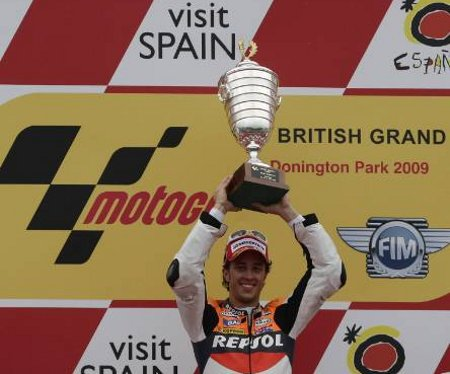 dovizioso angkat trophy in inggris 09